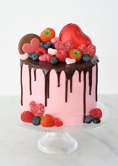 To celebrate a valentine's day, it is nice to bake some Valentine Cake for the whole family. Still got no idea what kind of cake you want to bake? Here we present some best ideas of valentine cake. Drip Cakes, Beautiful Cakes, Amazing Cakes, Cake Cookies, Cupcake Cakes, Cake Recept, Indian Cake, Rhubarb Cake, Valentines Day Cakes