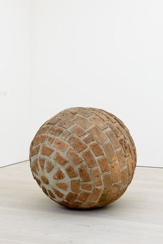Fredy Alzate Lugares en Fuga (Fleeing places) 2012 Bricks, concrete and metal Diameter 115 cm