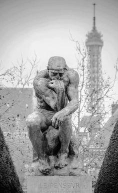 Même sous le froid et la neige, le penseur de Rodin n'arrête pas de penser...
