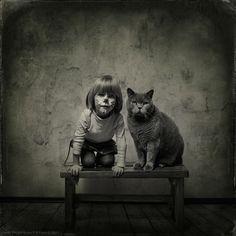 Fotógrafo, Andy Prokh, registra interação de sua filha, Katherine, com seu gato de estimação, LiLu Royal. Trabalho adorável! n.n