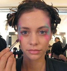 Ok, so I know none of you would actually step out on an ordinary day sporting bold, contrasting hues across your temples, but this look was so colourfully divine (and my gosh, those lashes!), that I just had to share it with you.