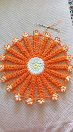 This Pin was discovered by ero Crochet Mandala, Crochet Motif, Diy Crochet, Crochet Crafts, Crochet Flowers, Crochet Stitches, Crochet Baby, Crochet Projects, Diy Crafts