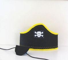 Chicos piratean traje, sombrero de piratas y parche en el ojo, partido pirata