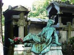Desde luego, es cierto que en muchos cementerios se reúnen una gran cantidad de obras de arte escultóricas las cuales son imposibles de ver si no estás allí. Si a este hecho le añadimos que es famosos por estar enterrados muchos personajes históricos de la literatura, la política, el arte, etc, no sólo de Francia sino de todo el mundo, incluyendo personajes de la música y el cine, hace de este lugar un sitio turístico imperdible
