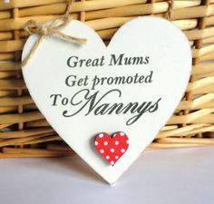 Great Mums Get Promoted To Grandmas Mum Plaque by OurPrettyHouse Mothers Day Signs, Diy Mothers Day Gifts, Gifts For Mum, Diy Wood Box, Shabby Chic Hearts, Diy Pallet Wall, Volunteer Gifts, Wooden Hearts, Craft Party