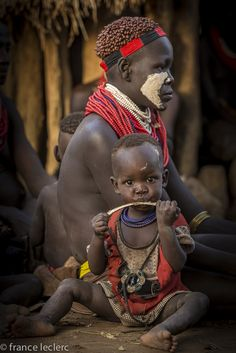 Africa | Karo woman and child. Omo Valley, Ethiopia | ©France Leclerc
