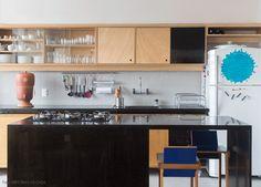 Uma cozinha que une praticidade e beleza.  Veja o ambiente completo em www.historiasdecasa.com.br #todacasatemumahistoria #cozinha #kitchen #arquitetura