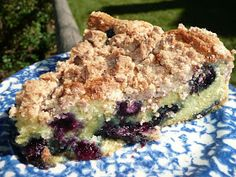While blueberries are cheap and plentiful, run out and buy the ingredients you need to make this wonderful cake. Dutch Oven Deserts, Dutch Oven Recipes, Oven Cooking, Camping Cooking, Camping Recipes, Camping Ideas, Blueberry Buckle Cake, Syrup Cake, Dutch Oven Camping