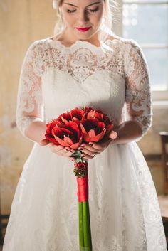 Weiß-rote Hochzeit. Amaryllis setzen wunderschöne Akzente in die Hochzeitsdekoration