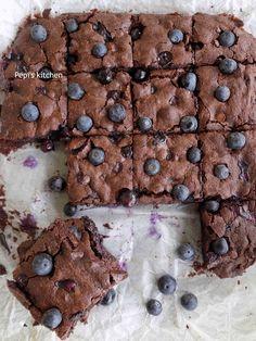Brownies με Σοκολάτα Γάλακτος και Μύρτιλα http://pepiskitchen.blogspot.gr/2017/03/brownies-me-sokolata-galaktos-kai-myrtila.html