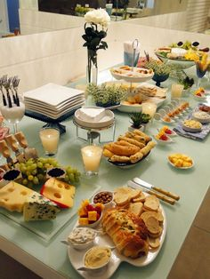 Interesting buffet: very clean lines, very organized, grounded by what looks like a pale sage cloth or tabletop. Food Platters, Cheese Platters, Cheese Table, Menu Brunch, Tapas, Buffet Set, Appetizers For Party, Coffee Break, Food Presentation
