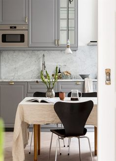 The suggestion of modern minimalist dining-room is to keep everything easy and also very easy on the eyes. Select basic, neutral or different shades like this layout. Minimalist Dining Room, Minimalist Home Decor, Minimalist Kitchen, Minimalist Interior, Modern Minimalist, Minimal Kitchen Design, Swedish Style, Grey Kitchen Cabinets, Decoration