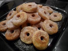 Gluten-free mini donuts with icing sugar   Glutenfreie Mini-Donuts mit Puderzucker
