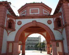 #Jaen #Andujar - Arco de entrada a la Plaza de España.  38· 2' 15'' N 4· 3' 13'' W  Fotografía por cortesía de María Soler.  En este lugar, que en otros tiempos fue plaza del Mercado, se situaban la iglesia de San Miguel, la casa del Cabildo y de Comedias y los Palacios. El monumento más significativo de esta plaza es la iglesia de San Miguel, que además es la más antigua de Andújar.