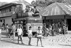PO Sinar Raya, Bus Tempo Dulu di Sumatera Minangkabau, Dutch East Indies, Palembang, Padang, Archipelago, Old Pictures, Jakarta, Transportation, Street View