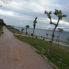 İnciraltı Engelliler Parkı Doğa yürüyüşü, çocuklar için bisiklet öğrenme ve piknik için ideal.