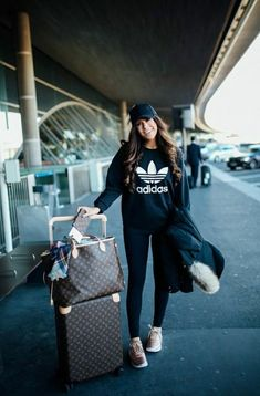 What I Wore Traveling Home From Paris + 10 Tips For Long Flights – travel outfit plane long flights Comfy Airport Outfit, Airport Travel Outfits, Comfy Travel Outfit, Winter Travel Outfit, Winter Outfits, Airport Style, Summer Airport Outfit, Cozy Outfits, Paris Outfits