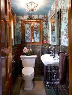 déco de toilettes avec du papier peint et carrelage