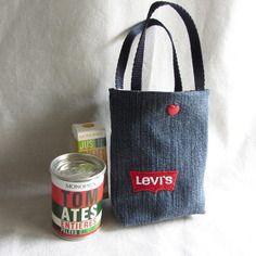 Accessoires poupée : sac en jean brodé étiquette lewis, doublé coton vichy rouge et blanc