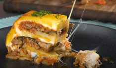 Line a loaf pan with potatoes and cheese for this mouthwatering casserole Meatloaf Recipes, Meat Recipes, Cooking Recipes, Oven Recipes, What's Cooking, Hamburger Dishes, Beef Dishes, Beef Recipes For Dinner