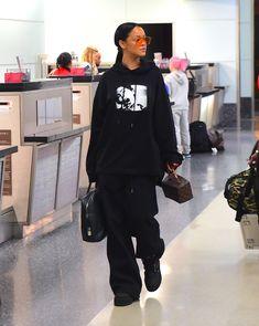 - joshsaynt:  celebsofcolor:   Rihanna at JFK...