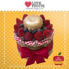 #DeslumbreVermelho Delicada cestinha de taboa recheada de morangos, mirtilos e uma linda maçã red. Presente inesquecível!   Presenteie quem você ama: http://www.lovefruits.com.br/