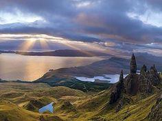 Skye, Ebridi, Regno Unito. L'isola di Skye è un'isola della Gran Bretagna, che fa parte dell'arcipelago delle Ebridi interne. Il territorio è dominato da una natura selvaggia con alte vette che scendono fino a formare baie e vallate verdi e rigogliose. Panorami unici si avvicendano percorrendo i sentieri sulle coste frastagliate, con scogliere a picco sul mare e rocce altissime. Un'antica leggenda dice che le alte ed aguzze rocce sono in realtà uomini pietrificati dagli dei.