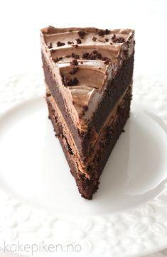 I dag vil jeg dele en fantastisk sjokoladekake oppskrift med dere! Denne kaken er så utrolig saftig og smakfull at du bare må prøve den. Mange jeg har servert den til har faktisk sagt at dette er d… Delicious Cake Recipes, Best Cake Recipes, Yummy Cakes, Homemade Sweets, Homemade Cakes, No Bake Treats, No Bake Desserts, Healthy Fruit Cake, Norwegian Food