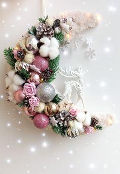 Christmas Advent Wreath, Christmas Swags, Christmas Mood, Noel Christmas, Xmas Ornaments, Wreath Crafts, Flower Crafts, Christmas Crafts, Christmas Centerpieces