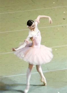 She is ex - Beautiful. She is extending beyond forever and into every heart watching.in just that simple step up. I aim for that! Shall We Dance, Just Dance, Dance Photos, Dance Pictures, Ballet Beautiful, Beautiful Gif, Dance Oriental, La Bayadere, Dance Like No One Is Watching