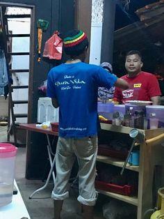 Damian se acerca al bar y el camarero lleva una remera de Pura Vida..planeta puravida es esto, jajajaj !! isla Pangkok en malasya..donde ?? si, si allí mismo está la pasión por esta manera de ver la vida !!