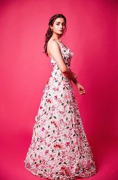Sunn sorry yarr muhje nai bol na chaie tha i am sorry i love uuu baby u are my everything i have fogert my past Bollywood Celebrities, Bollywood Fashion, Bollywood Actress, Bollywood Style, Indian Wedding Gowns, Indian Dresses, Indian Suits, Western Outfits, Looking Gorgeous