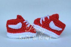 Zapatilla de crochet estilo Nike por PinkyKniKnot en Etsy