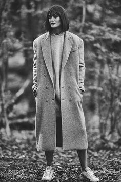 Sam Rollinson pose pour L'Express Styles - Automne 2015. Manteau long en laine de yak et pull long en alpaga et laine, Max Mara, 1.925 euros et 625 euros. Baskets en cuir, reebok, 85 euros.