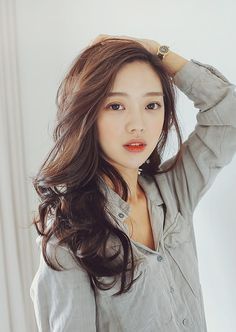 A woman's greatest asset is said to be her hair and her smile. No matter the season or occasion, we know that wavy hairstyles are always in style. Equal parts elegant, fun and cool, loose waves wor… Korean Beauty, Asian Beauty, Korean Makeup, Park Seul, Hair Color Asian, Hair Color Auburn, Auburn Hair, Ulzzang Girl, Her Hair