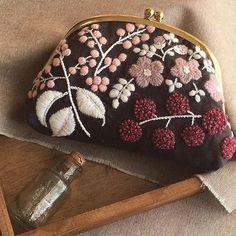 毛糸を使って刺繍する「ウール刺繍」は、冬におすすめのハンドメイドです。寒くて家にこもりがちになる、そんな時期に、季節感のある作品をつくることができます。手持ちの服やバッグにウール刺繍すれば、お出かけも楽しくなるかもしれません。