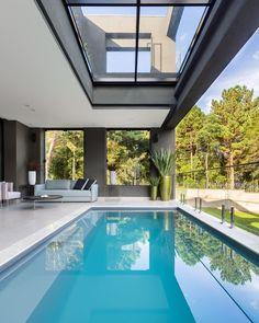 """Casa Vogue Brasil on Instagram: """"Para quê paredes quando tudo pode ficar perfeitamente integrado? Esta casa de 480 m² assinada por @valliattipatrao tem conexão total entre…"""" Suites, Swimming Pools, Outdoor Decor, Home Decor, Houses, Blog, Instagram, Social Environment, Concept"""