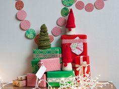 Neulotut tontut ja joulukuusi koristavat juhlapöydän kattauksen tai tuovat ilmettä esimerkiksi sohvapöydälle.