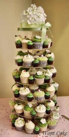 Cupcake-Torte in Grün und Weiß I Instead of having a gigantic cake, have cupcakes of varying sizes. Love the color green! Pretty Cakes, Beautiful Cakes, Amazing Cakes, Cupcake Torte, Cupcake Cookies, Deco Buffet, Wedding Cakes With Cupcakes, Cupcake Wedding, Small Cupcakes