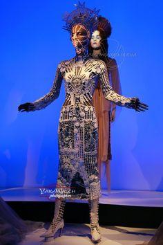 """Modèle """"Immaculata"""" - Collection """"Les Vierges"""" 2007 (Kylie Minogue X Tour) -  Exposition Jean Paul Gaultier - Grand Palais - Paris"""