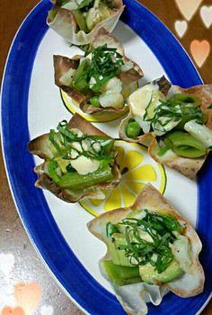 ワンタンまたはシューマイの皮をカップ型に焼いて、レモンドレッシングで和えた野菜と白身魚を乗っけました。 - 16件のもぐもぐ - カップサラダ by maco5