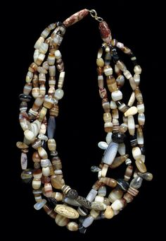 A WESTERN ASIATIC BANDED AGATE BEAD NECKLACE - CIRCA 3RD-2ND MILLENNIUM B.C.