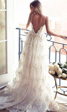 Une robe de mariée dos-nu à fines bretelles