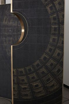 The Pantheon, known since the second century A.D., has been studied and shown in all ages. The projection of the inner dome appears on a screen: finely decorated on a black surface, the lines demarcating the geometries, become subtle signs of gold and the hole of the Pantheon rips the panels of the screen.