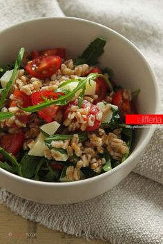 Insalata di farro con rucola, pomodorini e formaggio Spelled salad with rocket, cherry tomatoes and cheese Veggie Recipes, Salad Recipes, Vegetarian Recipes, Cooking Recipes, Healthy Recipes, Tomato And Cheese, Italy Food, Fruit And Veg, Light Recipes