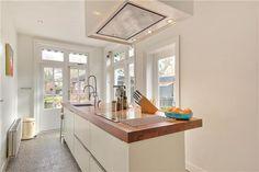 Mooi keukenblad en grepen - witte keuken houten werkblad
