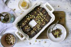 Nämä ihanat, suklaiset gluteenittomat browniet saavat päälleen herkullista tahini-kinuskia ja rouhittuja pistaaseja. Myös vegaaneille!