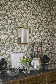This wallpaper draws me in. I can't help but love it. Its a beautiful vignette.