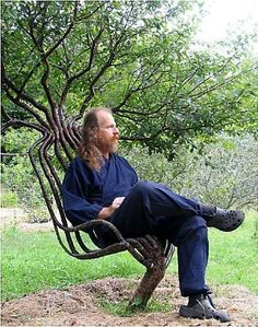 "O artista Peter Cook criou o que ele chama de ""poltrona viva"". Seguindo os mesmos princípios do bonsai, ele consegue mudar a direção de crescimento dos ramos  https://fbcdn-sphotos-b-a.akamaihd.net/hphotos-ak-prn2/q71/1486884_397600310343406_1419503740_n.jpg"