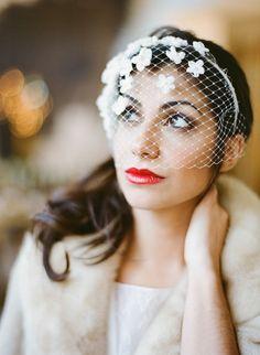 Petit voile de mariée discret et fleuri - Accessoire de tête: Rhapsodie, modèle Estelle - La Fiancée du Panda blog Mariage et Lifestyle